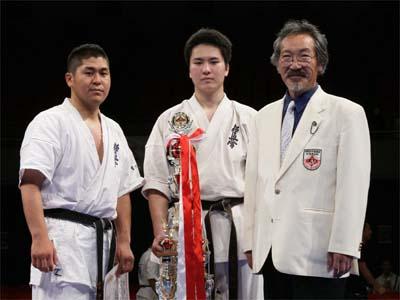 (右から) 岡田師範、優勝した寺浦、4位(重量級)當