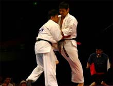 重量級決勝、島尻(右)対坂本(左)。45歳坂本の健闘は多くの人々の感動を呼んだ
