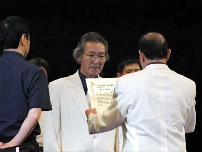 極真連合理事長・長谷川一幸師範より 、八段の認可状が授与される(全日本ウエイト制選手権会場にて)