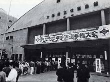 会場となった大阪府立体育会館には朝から待ちきれないファンが、長蛇の列を作った