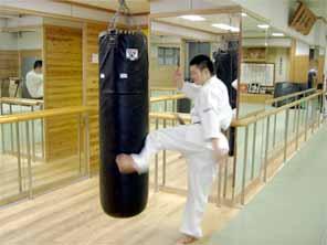強い「突き・蹴り」を生むサンドバックトレーニング