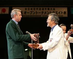 かつて第1回世界大会で南アフリカ主将として活躍したバス・バン・ステニス師範と(第23回ウエイト制時、記念品の贈呈)